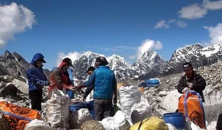 取消登山活动 尼泊尔登山界清理珠峰垃圾