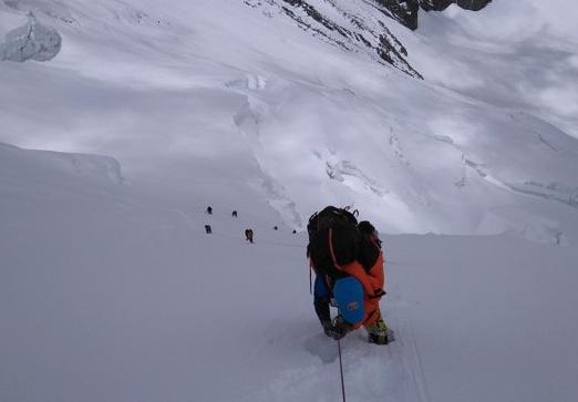 最新!修路运输队员突破北坳天险 预计12日修通顶峰路线